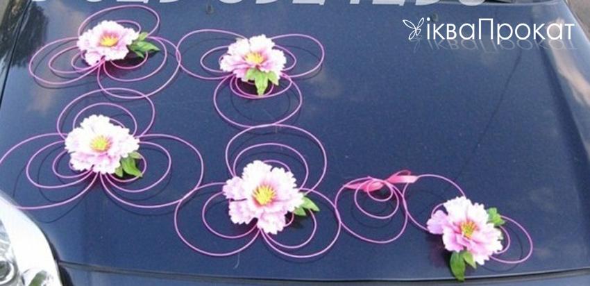композиція з живих квітів на авто