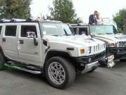 кортеж з білого Hummer H2