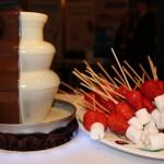 шоколадний фонтан на половину білий та чорний шоколад