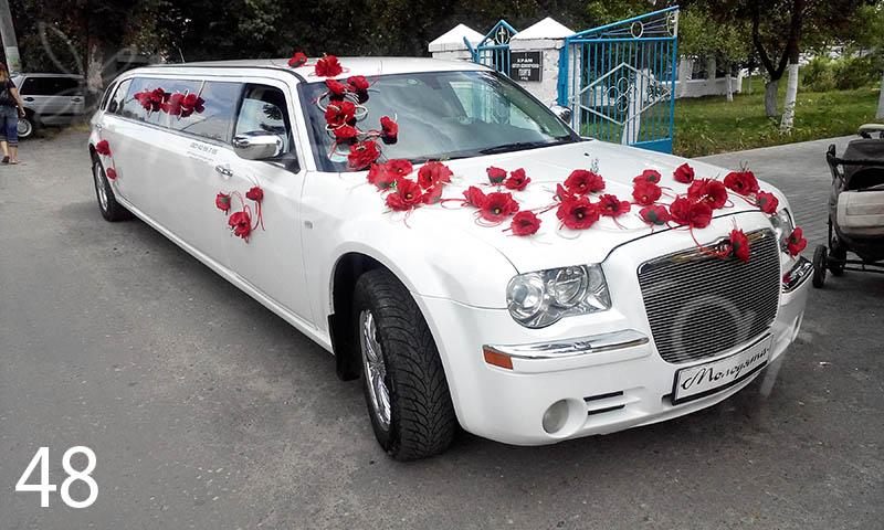 крайслер лімузин на весілля з червоними прикрасами