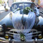 хризантема із зеленю екібана з живих квітів на авто